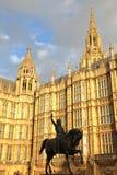 伦敦,英国- 2015年12月31日:议会和国王雕象威斯敏斯特宫议院理查德一世日落的 免版税库存图片