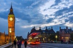 伦敦,英国- 2016年6月16日:议会和大本钟,威斯敏斯特宫殿,伦敦,英国议院日落视图  库存照片