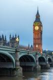 伦敦,英国- 2016年6月16日:议会议院与大本钟和威斯敏斯特桥梁,伦敦,英国的 免版税图库摄影