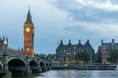 伦敦,英国- 2016年6月16日:议会议院与大本钟和威斯敏斯特桥梁,伦敦,英国的 免版税库存照片