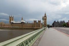 伦敦,英国- 2016年6月16日:议会议院与大本钟的从威斯敏斯特桥梁,伦敦,大英国 免版税库存照片