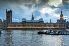 伦敦,英国- 2016年6月16日:议会议院与大本钟的从威斯敏斯特桥梁,伦敦,英国 免版税库存照片