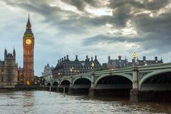 伦敦,英国- 2016年6月16日:议会议院与大本钟的从威斯敏斯特桥梁,伦敦,英国 库存图片