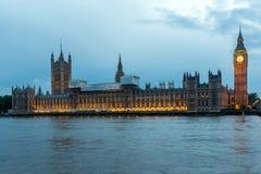 伦敦,英国- 2016年6月16日:议会议院与大本钟的从威斯敏斯特桥梁,伦敦,英国 免版税库存图片