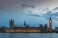 伦敦,英国- 2016年6月16日:议会议院与大本钟的从威斯敏斯特桥梁,伦敦,英国 图库摄影