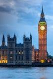 伦敦,英国- 2016年6月16日:议会议院与大本钟的从威斯敏斯特桥梁,伦敦,英国 库存照片