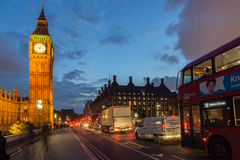 伦敦,英国- 2016年6月16日:议会议院夜照片与大本钟的从威斯敏斯特桥梁,伦敦,伟大的B 库存图片