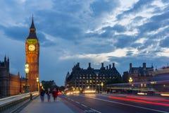 伦敦,英国- 2016年6月16日:议会议院夜照片与大本钟的从威斯敏斯特桥梁,伦敦,伟大的B 免版税库存图片