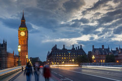 伦敦,英国- 2016年6月16日:议会议院夜照片与大本钟的从威斯敏斯特桥梁,伦敦,伟大的B 库存照片