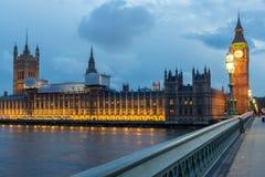 伦敦,英国- 2016年6月16日:议会议院夜照片与大本钟的从威斯敏斯特桥梁,伦敦,英国 免版税图库摄影
