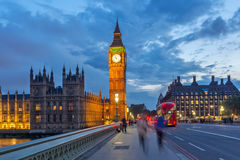 伦敦,英国- 2016年6月16日:议会议院夜照片与大本钟的从威斯敏斯特桥梁,伦敦,英国 库存图片