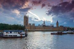 伦敦,英国- 2016年6月16日:议会,威斯敏斯特宫殿,伦敦,大英国议院日落视图  免版税库存图片