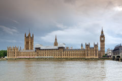 伦敦,英国- 2016年6月16日:议会,威斯敏斯特宫殿,伦敦,英国议院日落视图  免版税图库摄影