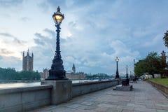 伦敦,英国- 2016年6月16日:议会,威斯敏斯特宫殿,伦敦,英国议院日落视图  免版税库存图片
