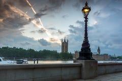 伦敦,英国- 2016年6月16日:议会,威斯敏斯特宫殿,伦敦,英国议院日落视图  免版税库存照片