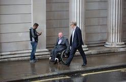 伦敦,英国- 2015年9月17日:走在街道上的两个商人对英格兰银行墙壁 库存图片