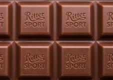 伦敦,英国- 2017年5月15日:里特体育牛奶巧克力与商标的酒吧宏指令 里特体育Gmbh的巧克力块使由阿尔弗莱德里特 免版税图库摄影