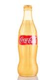 伦敦,英国- 2016年11月07日:金黄经典瓶与商标的可口可乐在白色 库存照片