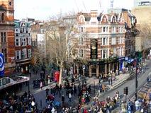 伦敦,英国- 2016年2月14日:驱散在中国Ne以后的人群 库存照片