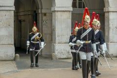 伦敦,英国- 2016年6月16日:骑马卫兵游行,伦敦市,英国 库存照片