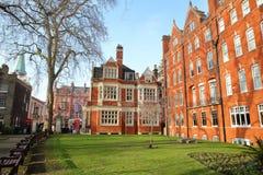 伦敦,英国- 2017年2月13日:登上有红砖维多利亚女王时代房子门面的街道庭院在威斯敏斯特自治市镇  库存图片