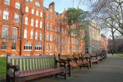伦敦,英国- 2017年2月13日:登上有红砖维多利亚女王时代房子门面的街道庭院在威斯敏斯特自治市镇  库存照片