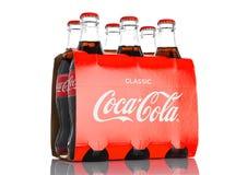 伦敦,英国- 2016年11月07日:经典瓶可口可乐在白色的六块肌肉 免版税库存照片
