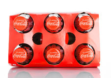 伦敦,英国- 2016年11月07日:经典瓶可口可乐在白色的六块肌肉 库存照片