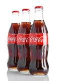 伦敦,英国- 2016年11月07日:经典瓶在白色背景的可口可乐 免版税库存图片