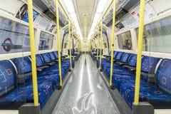 伦敦,英国- 4月07日: 空的北线undergrou内部  图库摄影