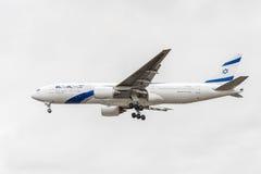 伦敦,英国- 2016年8月22日:4X-ECE以色列航空公司以色列航空公司波音777着陆在希思罗机场,伦敦中 图库摄影