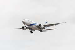 伦敦,英国- 2016年8月22日:4X-ECE以色列航空公司以色列航空公司波音777着陆在希思罗机场,伦敦中 库存照片