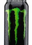 伦敦,英国- 2017年3月15日:A罐头妖怪在白色的能量饮料 介绍2002年妖怪现在有30份不同饮料 库存照片