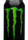 伦敦,英国- 2017年3月15日:A罐头妖怪在白色的能量饮料 介绍2002年妖怪现在有30份不同饮料 图库摄影