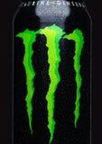 伦敦,英国- 2017年3月15日:A罐头妖怪在黑色的能量饮料 介绍2002年妖怪现在有30份不同饮料 免版税库存照片