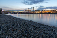 伦敦,英国- 2016年6月17日:Blackfriars桥梁和泰晤士河,伦敦夜照片  库存照片