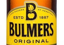 伦敦,英国- 2017年3月15日:Bulmers原始的萍果汁瓶接近的商标在白色背景的 它是一个主导的Britis 图库摄影