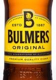 伦敦,英国- 2017年3月15日:Bulmers原始的萍果汁瓶接近的商标在白色背景的 它是一个主导的Britis 免版税图库摄影