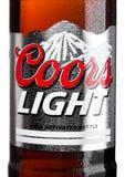 伦敦,英国- 2017年3月30日:Coors Light啤酒瓶标签在白色的 库尔斯操作金黄的一个啤酒厂,科罗拉多,是 库存照片