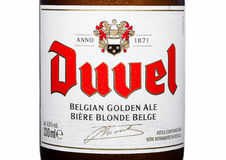 伦敦,英国- 2017年3月30日:Duvel啤酒瓶标签在白色的 Duvel是佛兰芒家庭contr生产的强的金黄强麦酒 库存图片