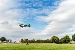 伦敦,英国- 2016年8月22日:EI-DVI爱尔兰航空空中客车A320着陆在希思罗机场,伦敦中 库存图片
