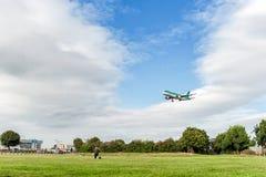 伦敦,英国- 2016年8月22日:EI-EDS爱尔兰航空航空公司空中客车A320着陆在希思罗机场,伦敦中 库存图片