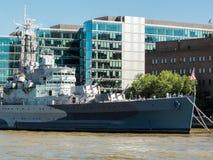 伦敦,英国- 6月14日:HMS在塔桥梁附近停住的贝尔法斯特  免版税库存照片