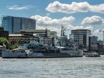 伦敦,英国- 6月14日:HMS在塔桥梁附近停住的贝尔法斯特  图库摄影