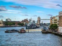 伦敦,英国- 6月14日:HMS在塔桥梁附近停住的贝尔法斯特  库存照片