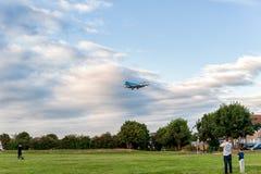 伦敦,英国- 2016年8月22日:PH-KZB登陆在希思罗机场,伦敦中的KLM Cityhopper福克战斗机70 免版税图库摄影