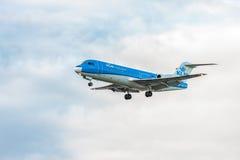 伦敦,英国- 2016年8月22日:PH-KZB登陆在希思罗机场,伦敦中的KLM Cityhopper福克战斗机70 免版税库存图片