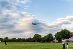 伦敦,英国- 2016年8月22日:PH-KZB登陆在希思罗机场,伦敦中的KLM Cityhopper福克战斗机70 免版税库存照片