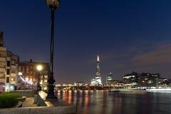 伦敦,英国- 2016年6月17日:Southwark桥梁、碎片摩天大楼和泰晤士河,伦敦夜全景  库存照片