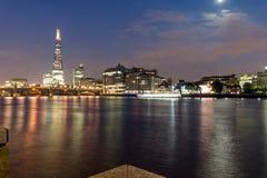 伦敦,英国- 2016年6月17日:Southwark桥梁、碎片摩天大楼和泰晤士河,伦敦夜全景  免版税图库摄影